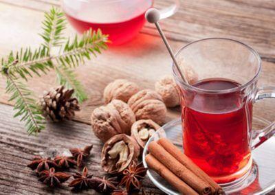 Tee mit Zimtstangen und Kandiszucker
